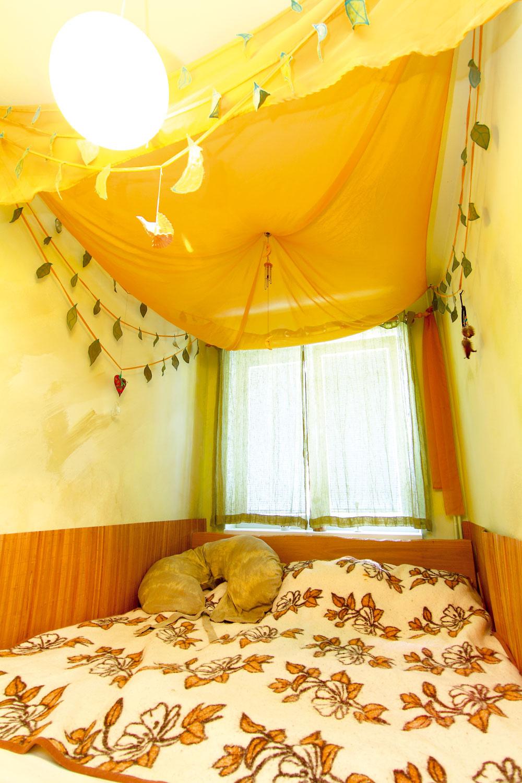 """Spať pod baldachýnom Zbytočný prepych vpodobe príručných stolíkov uvoľnil miesto posteli. Tá sa ťahá od steny po stenu avytvára tak dosť miesta pre každého člena tejto štvorčlennej rodiny – veľkého aj úplne maličkého. Baldachýn či iné ozdôbky na stenách vytvorila Veronika na lepší spánok. Ako sama hovorí: """"Už len pre pocit bezpečia apohody. Predtým sme mali holé steny, pôsobili chladne aneútulne. Nielen deti, ale aj my dospelí potrebujeme aspoň občas hravosť afarby."""""""