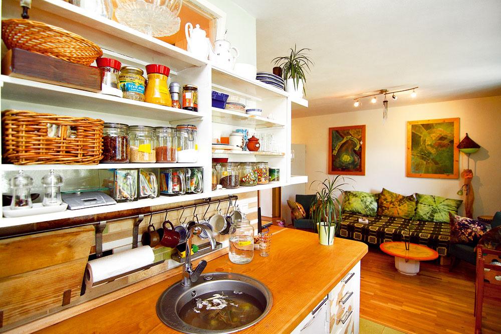 Okrem byliniek akorenín, ktoré sú zdomácej produkcie, zdobili kuchyňu, anajmä jej stôl, čierne ríbezle zvlastnej záhradky.