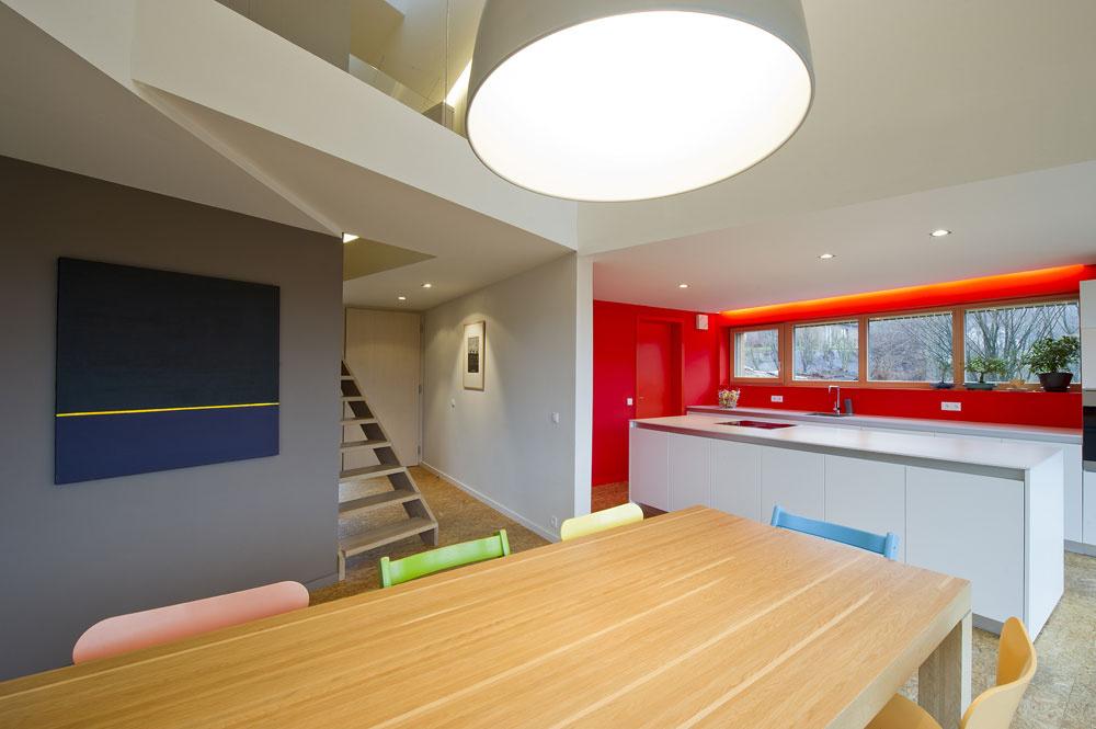 Výrazná červená farba stien vkuchynskom kúte dodáva interiéru dynamický a mladistvý charakter.