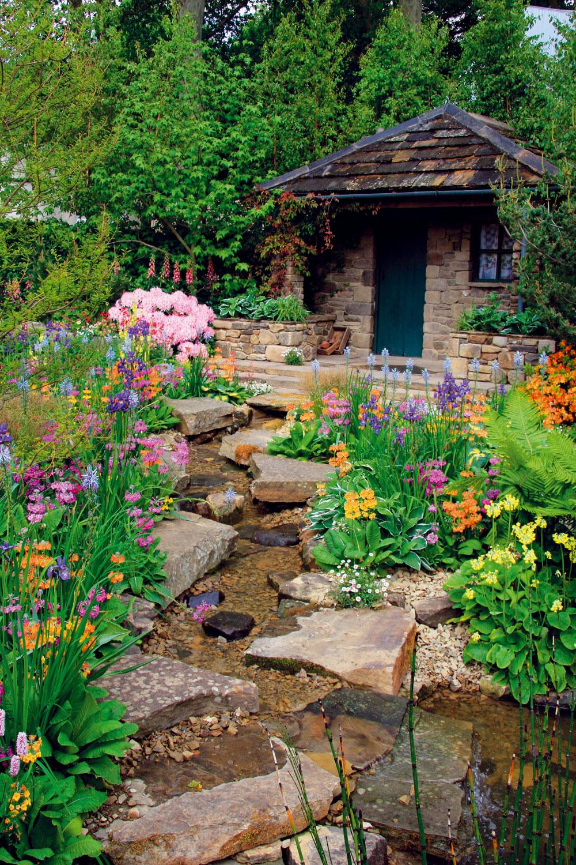 Zurčiacim potokom vo vlastnej záhrade sa môže popýšiť naozaj len málokto. Naberá silu hlavne po daždi.