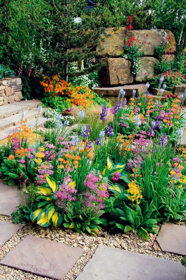Atraktívna, apritom absolútne prirodzená. Ak sa vám podarí vhodne nakombinovať kamene, kamienky, štrkové plochy, trvalky, cibuľoviny adreviny, vznikne záhrada, ktorá vás bude tešiť vkaždom ročnom období.