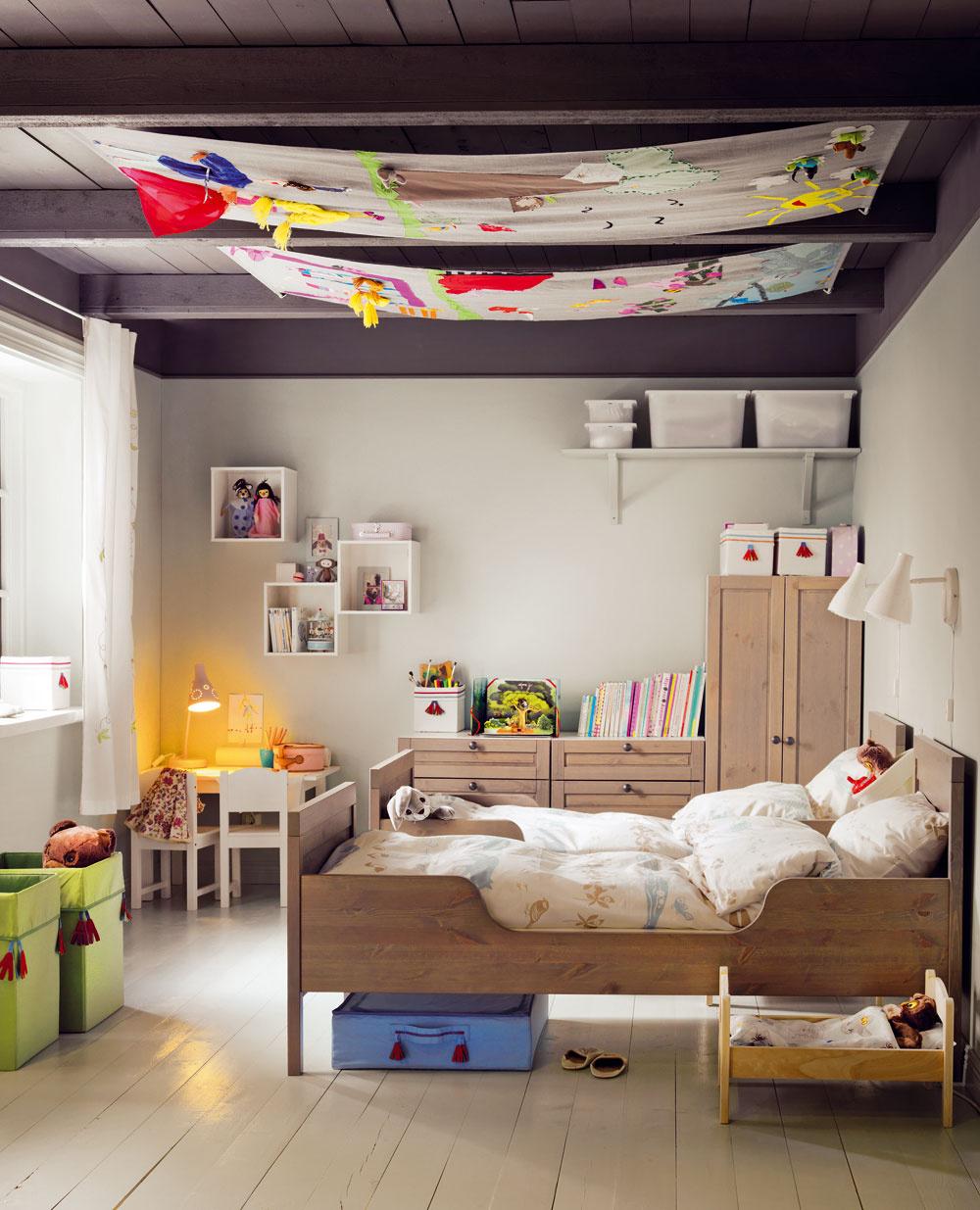 Textilný obraz na strope alebo jednoduchý baldachýn? Je na vás, ako sa na to pozriete. Jedno je isté, ak sa budú mať kam dívať vaše deti, určite vám vydržia dlhšie vpolohe ležmo aj rýchlejšie zaspia.