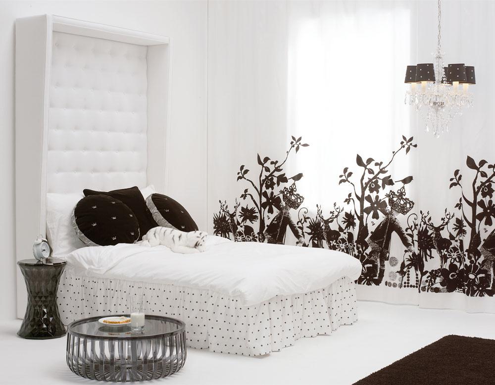 Textil spríjemňuje akustiku vpriestore a zjemňuje priveľmi ostré, niekedy až neosobné svetlo.  Upútalo nás aj vysoké čalúnené čelo postele.