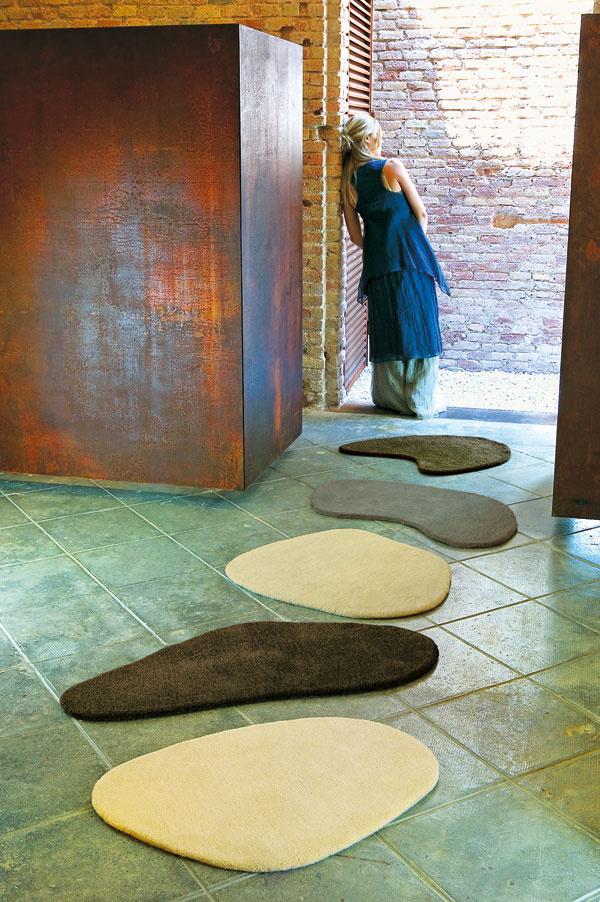 Pravidlo znie: do veľkého priestoru patrí veľký koberec, aby sa priestor zbytočne netrieštil. Ale! Každé pravidlo má svoje výnimky. a ak má koberec tvoriť základný dekoračný prvok, pokojne z neho vytvorte cestu z nášľapných kameňov.