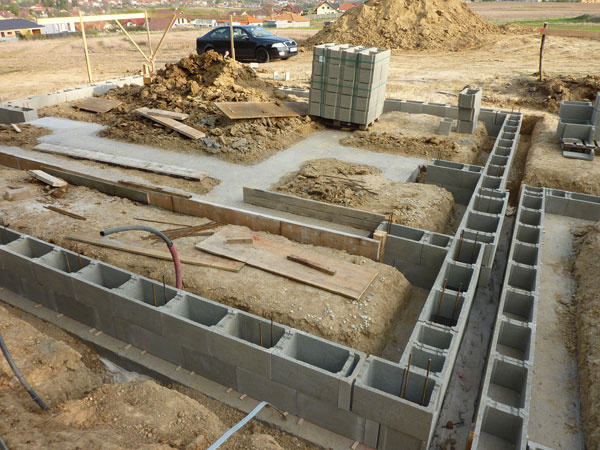 Zakladanie pomocou základových pásov je štandardný spôsob, ktorý zrealizuje každý stavbár.