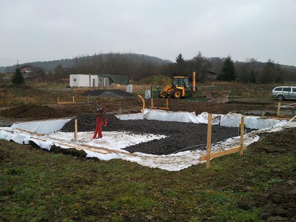 Na základovú dosku je najvhodnejší rovinatý pozemok, v prípade svahovitého terénu je zvyčajne nevyhnutné časť dosky podporiť základovými pásmi (na snímke zakladanie domu na penoskle).