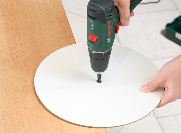 2. Vyvŕtajte Stredový otvor. Do stredu kruhu vyvŕtajte dieru srovnakým priemerom ako na starých hodinách.