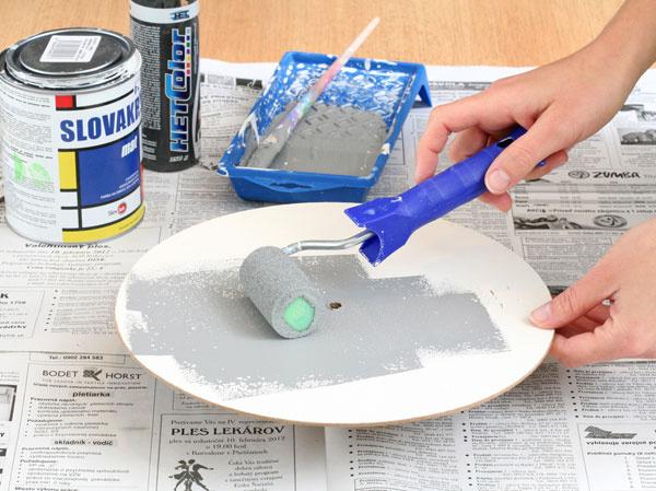 3. Natrite ciferník farbou. Zarobte sivú farbu zmiešaním bielej disperznej farby s trochou čiernej. Malým valčekom kruh vymaľujte, vodvoch až troch vrstvách. Po zaschnutí naneste valčekom aj dve-tri vrstvy perleťovej farby.