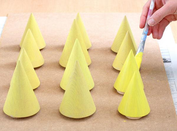 5. Vymaľujte kužele. Kužele vymaľujte bledožltou farbou, ktorú získate zmiešaním bielej disperznej farby so žltou tónovacou farbou.