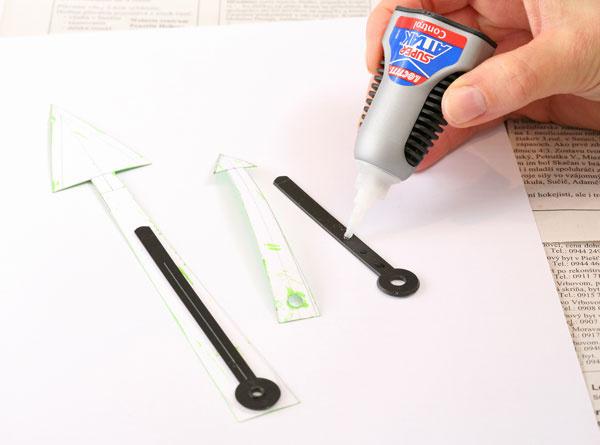7. Nalepte ručičky na pôvodné. Sekundovým lepidlom prilepte papierové ručičky nastaré hodinové ručičky. Zvrchu ich môžete prelakovať bezfarebným lakom vspreji.