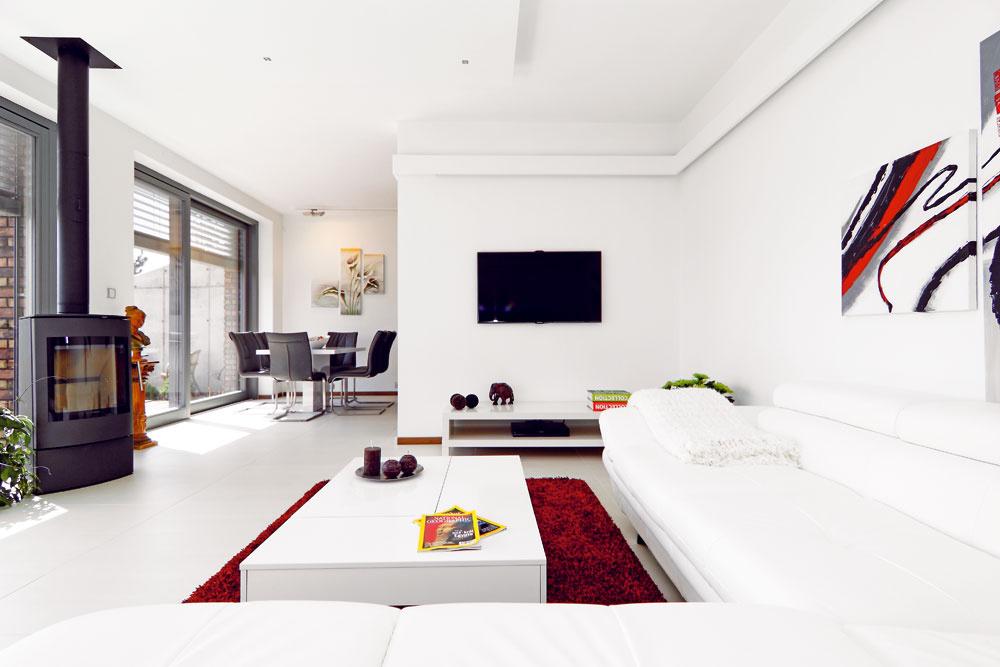 Interiér vbielom, na podlahe obývacej izby odolná dlažba.