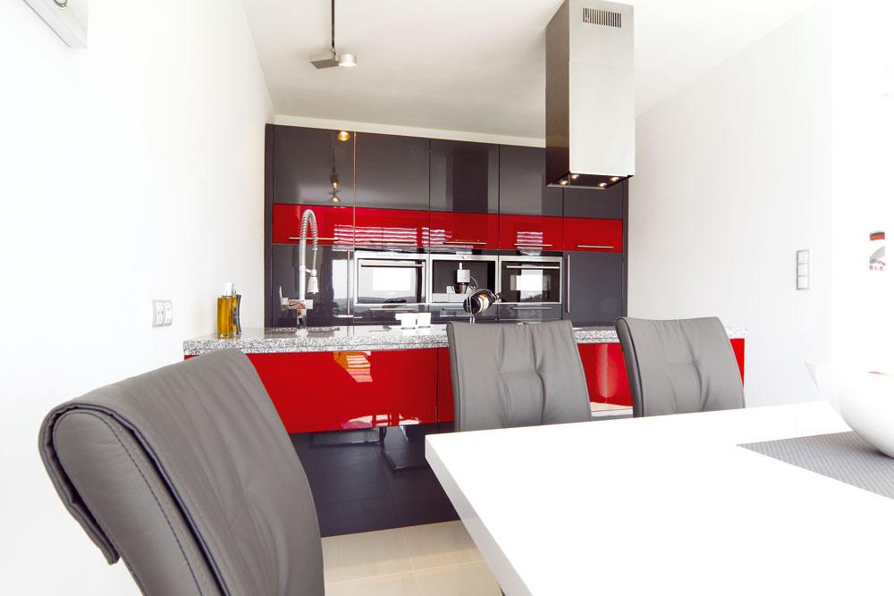 Farebne odvážnu kuchyňu realizovali majitelia sami vspolupráci skuchynským štúdiom.