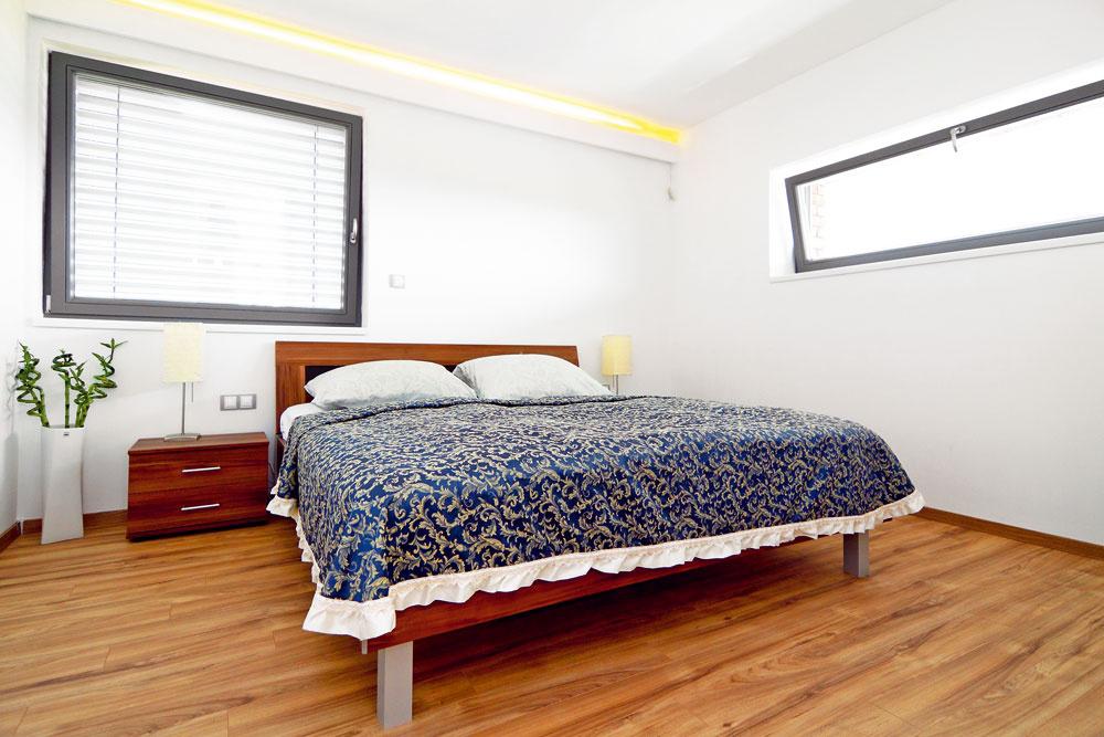 Spálňa majiteľov nie je veľká, ako sami hovorievajú, potrebujú ju len na spanie, preto v nej nenájdeme žiadny rušivý prvok.