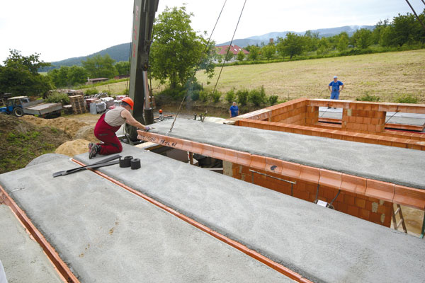 Zníženie prácnosti aúsporu času pri realizácii stropov zabezpečí použitie keramických stropných panelov.