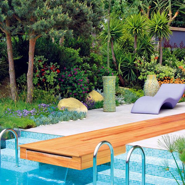 OKOLO BAZÉNA. Do blízkosti bazéna sa hodia okrasné trávy – kortadéria, ozdobnica čínska aperovec. Krásne sú aj striebristé kostravy, rôzne druhy mrazuvzdorných júk či trsovito rastúce bambusy. Od bazéna by ale mali byť dostatočne vzdialené. Čoraz väčšej obľube sa tešia aj palmy. Do našich podmienok sa hodí napríklad palmička nízka alebo trachykarp, ktoré pri dodržaní niekoľkých pestovateľských zásad môžu prezimovať aj vonku. Vhodné sú aj niektoré aromatické rastliny – levanduľa, santolina, kocúrnik či šalvia, ktoré výborne využívajú teplo sálajúce zdlažby.