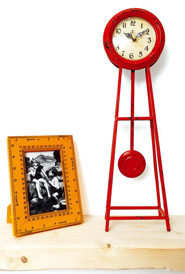 Stolové hodiny Grandfather pendel, 34,90 €; fotorámik Measure, 10 × 15 cm, 16,90 €, Kare