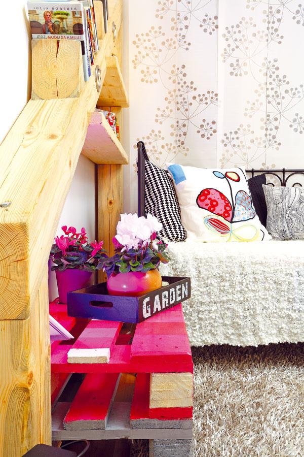 Nočný stolík vyrobíte zpaliet. Aby sa bez problémov pohyboval aj po koberci svysokým vlasom, primontujte mu kolieska. Palety do premeny poskytla spoločnosť kika. Podnos Table Loft Kitchen Sortiert, 23,90 €, Kare; vankúš Eivor Kvist, 14,99 €, IKEA; záves Anno Inez, 7,99 €, biela deka Ofelia, 24,99 € IKEA