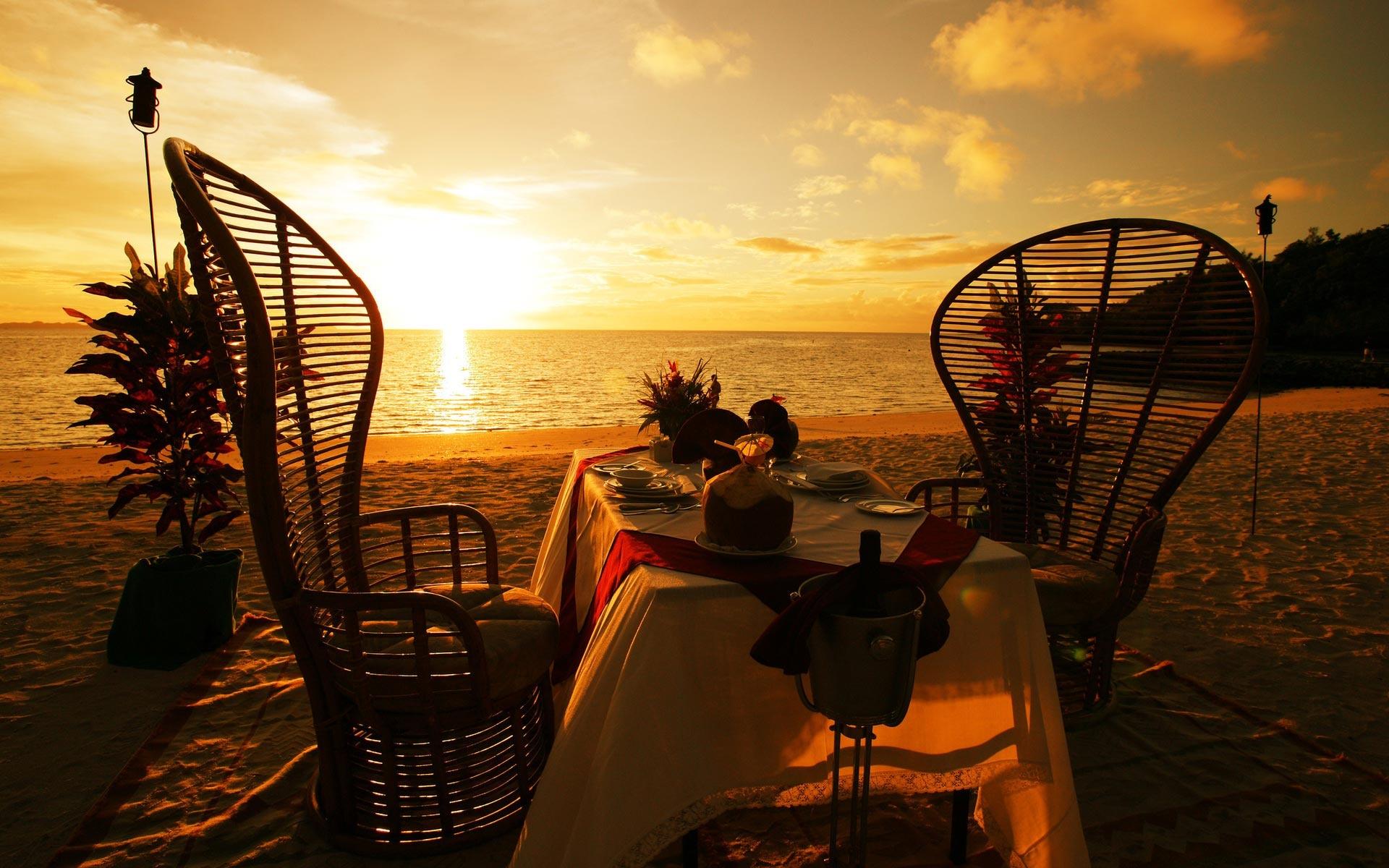 """S týmto západom slnka sa na romantickú vlnu dostaneme ľahúčko. Zlatisté teplé odtiene svetla na vodnej hladine na chvíľu obmäkčia aj tých najzarytejších realistov. No netreba všetko nechať len na fascinujúce prírodné úkazy: pekne prestretý stôl a zaujímavý dizajn stoličiek prinesú exotiku kamkoľvek. Pár takýchto kúskov sa nájde aj na našich vnútrozemských terasách. Už vám nič nebráni, aby ste sa cítili ako v obrovskej """"pletenej"""" mušli..."""