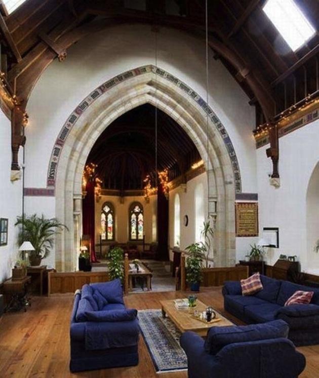 Gotické oblúky a vysoké stropy kontrastujú s moderne zariadeným interiérom.