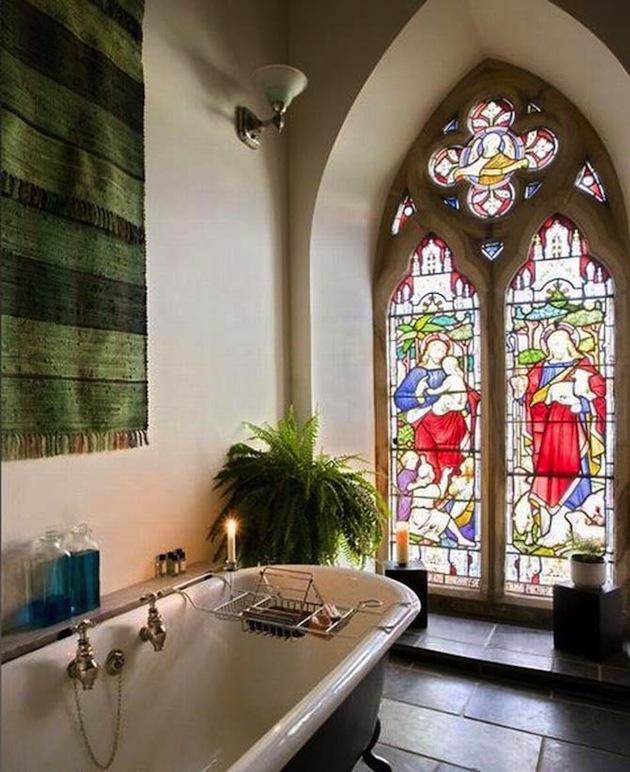 Farebné sklo na oknách zostalo zachované. Svojský kontrast s modernou kúpelňou.