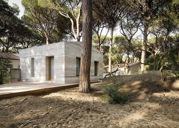 Atypický dom z dreva a travertínu v kontraste s borovicovým lesom