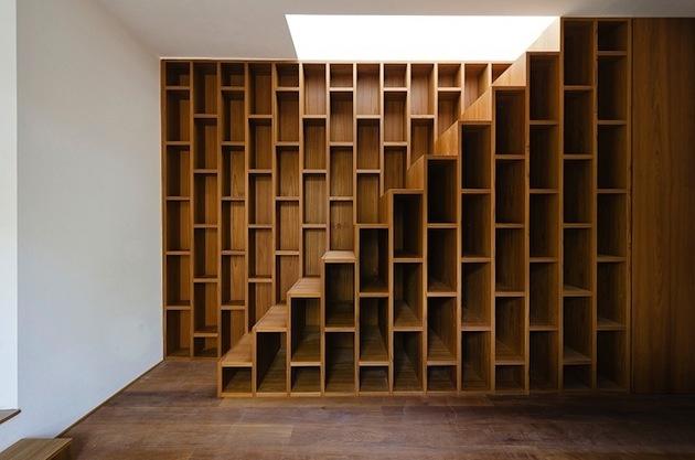 Samotné schody sú tiež úložným priestorom. V súčasnosti veľmi populáry trik ako získať priestor. Najmä na knihy.
