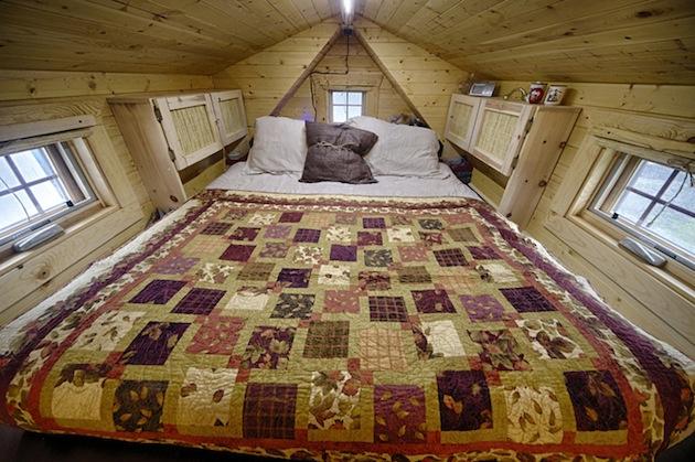 Ručne postavený mini dom má všetko, čo k životu potrebujete