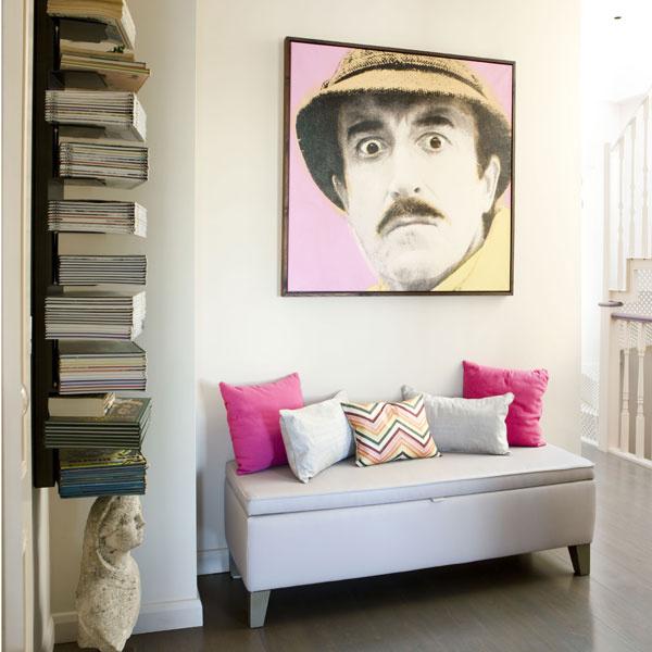 Maľba inšpektora Clouseaua zfilmu Ružový panter kedysi patrila Julesovej starej mame. Dnes oživuje priestor pri hornom konci schodiska, ktorý si mladá dvojica upravila na svoj spoločný obraz.