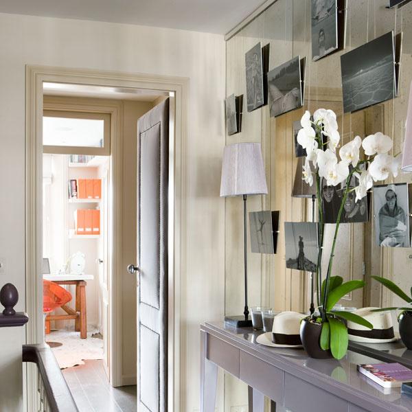 Aby opticky zväčšili úzky priestor chodby, celú jej dlhšiu stenu (oproti schodom) rafinovane pokrýva zrkadlo. Marie predeň zavesila na lanká niekoľko čiernobielych fotografií.