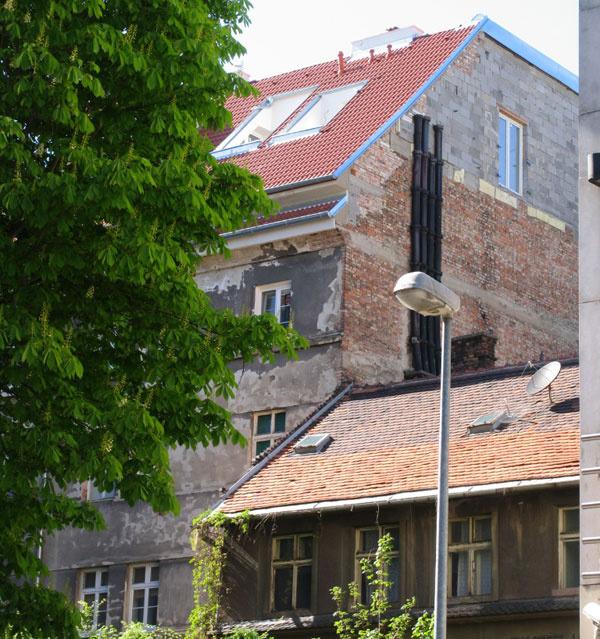 Vstavbou do existujúcej alebo aspoň prispôsobenej strechy sa celkový vzhľad pokazí asi najmenej. Hoci fasáda ešte potrebuje veľa práce apeňazí, aspoň to vbudúcnosti nepokazí strecha. Trochu nás prekvapilo okno na bočnej stene, pretože ak sa susedia rozhodnú nadstavovať alebo postaviť vedľa niečo iné, tak potom… Akeď sa už počíta s maximálnou výškou vedľajšej zástavby po susediace okno, prečo máte strechu peknú, abok neomietnutý?