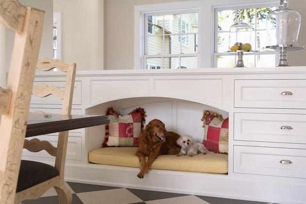 Dva v jednom a hneď dvakrát! Biela romantická komoda aj brlôžtek pre chlpáčov. Jeden pre dvoch. Do tvaru nábytku je včlenený nenásilne a z hľadiska šetrenia miestom to vyzerá ako praktické riešenie.