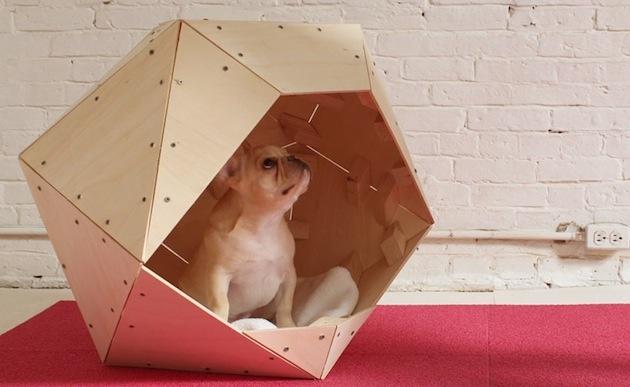 Architekt tohto psieho domu očividne prejavil lásku ku geometrii a kreatívnym úletom. Zdá sa, že pletené košíky nastúpili na cestu prežitku.