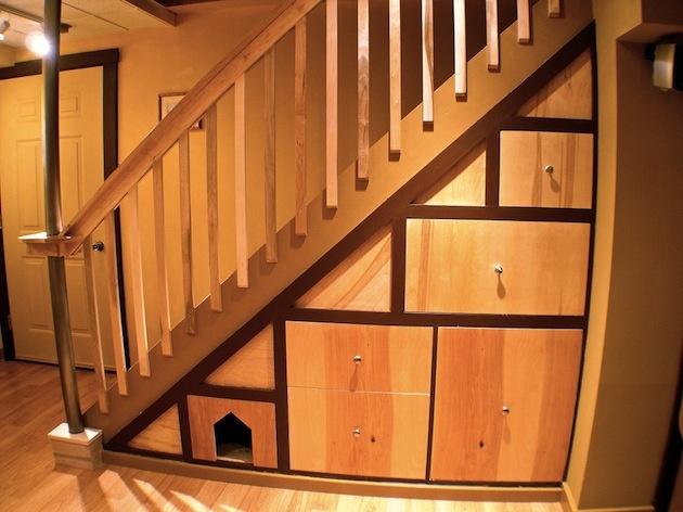 Aj tu stavili na priestorovú efektivitu. Uzavreté úložné priestory pod schodiskom sú dobrý nápad aj bez psej búdy. Ak ich za ňu vymeníte alebo ju k nim šikovne pridáte, váš miláčik určite radostne zavrtí chvostíkom. Na toto mozaikové dizajnové vyhotovenie sa navyše dobre pozerá. Aj jednoduchosť tvaru a farby treba vedieť využiť.