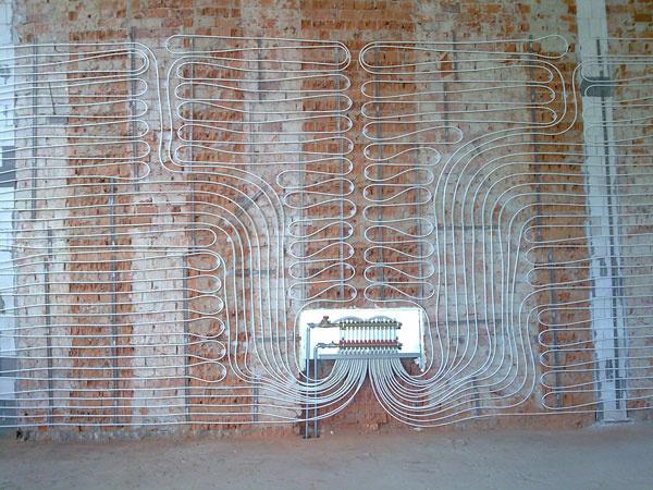Teplovodné stenové vykurovanie sa môže používať nielen samostatne, ale aj ako doplnok kpodlahovému vykurovaniu. Prednosťou tohto systému je najmä schopnosť rýchlejšieho nábehu, atým ajrýchlejšie vyhriatie miestnosti oproti podlahovému vykurovaniu.