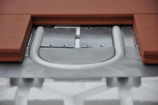Suchá podlahovka si získava čoraz väčšiu obľubu. Pozostáva zpolystyrénovej systémovej dosky sdrážkami, do ktorých sa založia plechové profily slúžiace na odvod tepla od rúrky do vrchnej vrstvy podlahy. Do plechových profilov sa vtlačí rúrka určená na podlahové kúrenie.