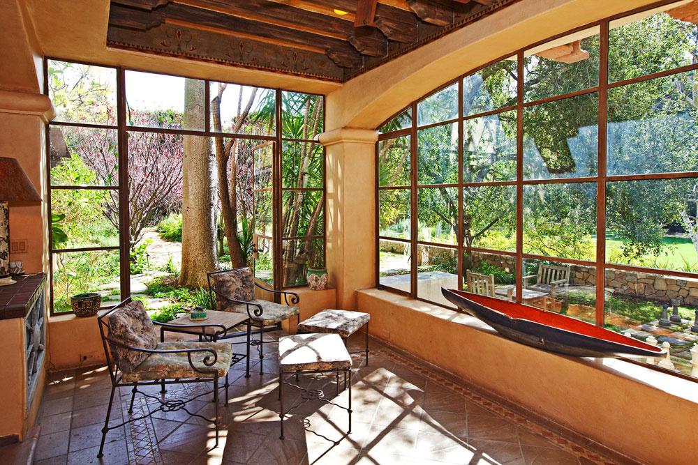 Vdome Mela Gibsona sa, samozrejme, myslelo na relax apohodlie – nechýba romantická zimná záhrada, wellness priestory ani posilňovňa susediaca spremietacou sálou. Súčasťou záhrady je okrem obligátneho bazéna a tenisových kurtov napríklad aj pôsobivá vonkajšia šachovnica stakmer meter vysokými figúrkami či krytá terasa s grilom.