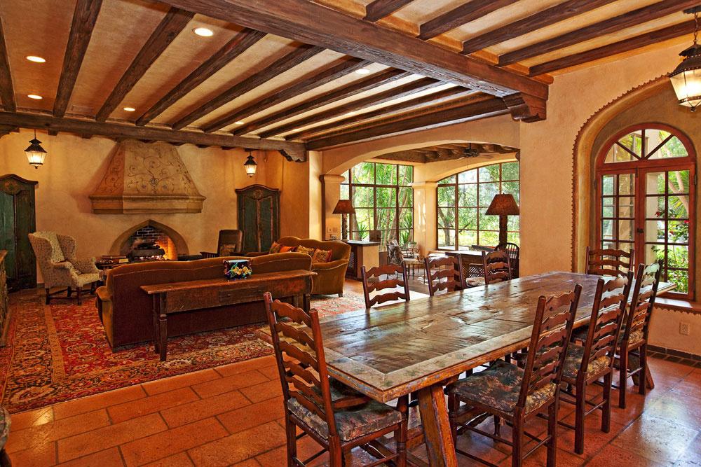 Vrustikálnom priestore obývačky sjedálňou je typicky vidiecka dláždená podlaha astropy znahrubo otesaných drevených trámov, nechýba ani monumentálny kozub.