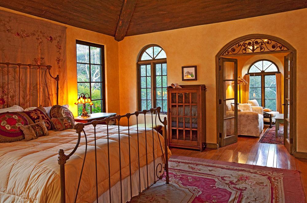 Majiteľom domu poskytuje súkromie rozľahlý apartmán na poschodí. Ksídlu patrí aj samostatný pavilón určený na zábavu a tri obytné budovy pre hostí.