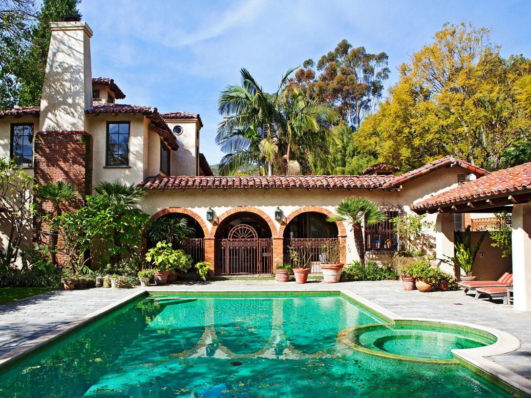 Vila Lavender Hill Farm stojí na pozemku srozlohou asi 1,2 hektára vSerra Retreat, miestnej časti kalifornského Malibu, ktoré je povestné rezidenciami mnohých amerických celebrít.