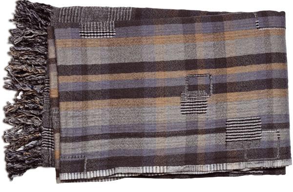 Sivo-hnedá károvaná deka, 130 × 170 cm, 35 €, BoConcept, Light Park