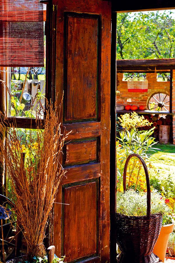 Stodola sa v letných mesiacoch otvára slnku, ale aj kvetinovej paráde, ktorá ju po celom obvode obklopuje.