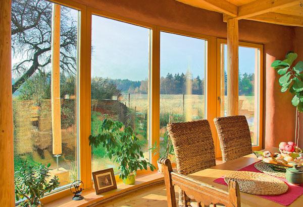 Pasívny dom z prírodných materiálov využíva energiu zo slnka, ktorého lúče v zime, keď je slnko nižšie, prechádzajú presklenými plochami a zohrievajú interiér.