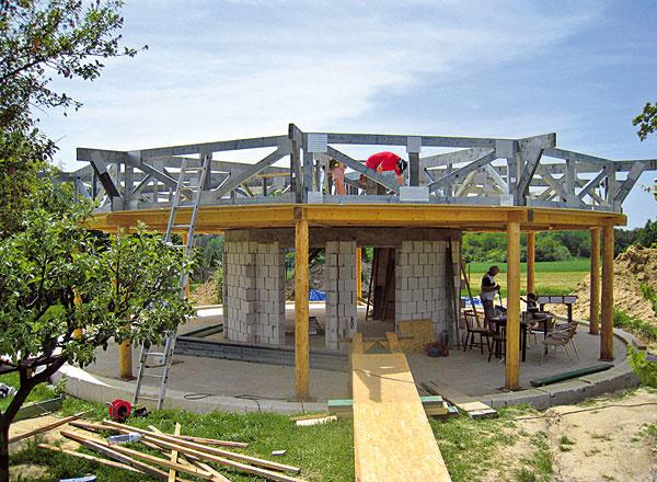 Ako stavebný materiál pri stavbe pasívneho domu bolo použité drevo, slama, hlina, celulóza, recyklované penosklo a vápenno-pieskové tehly.