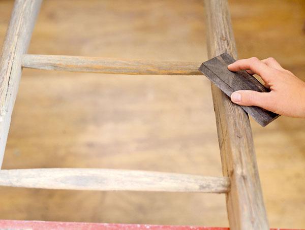 2. Brúsnym papierom alebo brúsnou hubkou rebrík prebrúsime, aby mal hladký povrch.
