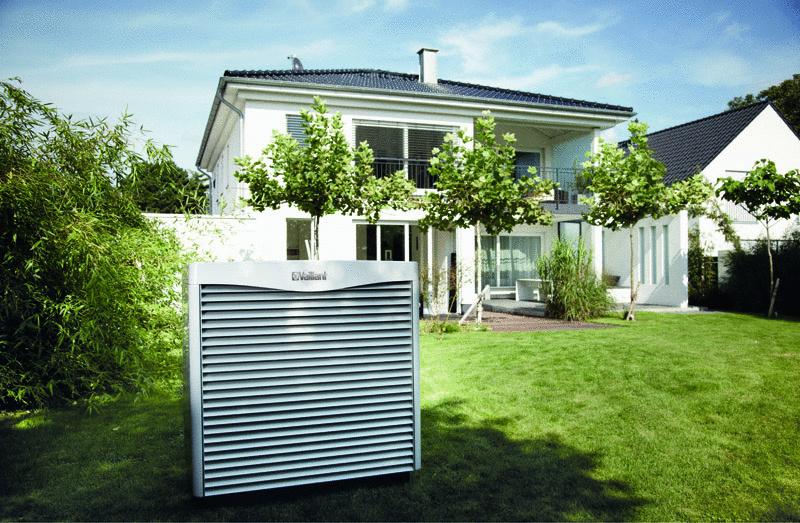 """Tepelné čerpadlo geoTHERM VWL S typu """"vzduch-voda"""" v prevedení split sa vyznačuje širokou škálou technických predností a môže pracovať už s minimálnou teplotou vzduchu -20°C. Pre dni s extrémne nízkymi teplotami je v čerpadle zabudovaná 6 kW elektrická špirála ako prídavné vykurovanie. Vonkajšia jednotka zaberá v záhrade len minimum priestoru a vďaka svojmu dizajnu perfektne splynie s okolitým prostredím. Z hľadiska hluku patrí geoTHERM VWL S k najtichším výrobkom vo svojej triede na trhu. Dosahuje maximálnu hlučnosť okolo 50 dB(A), čo je porovnateľné napríklad s umývačkou riadu."""