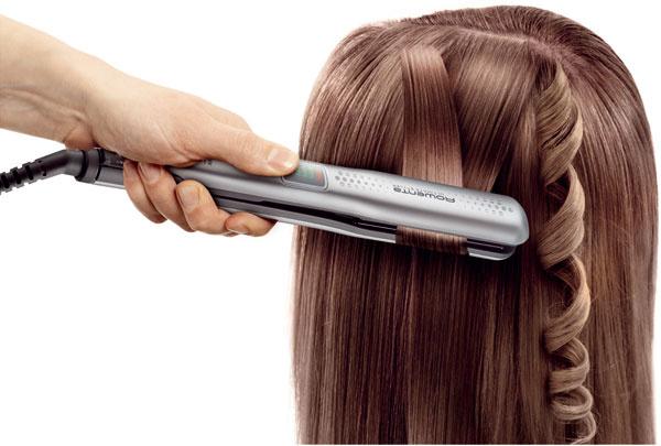 Žehlička vlasov Rowenta Ultimate Styler SF6020DO 2 v1 – narovnanie alebo natočenie vlasov, ionizácia, výkonný generátor iontov hydratuje vlas aeliminuje statickú elektrinu, Ceramic Titanium – keramický povrch obohatený otitán poskytuje vlasu vyššiu ochranu adodáva mu lesk, pohyblivé vyrovnávacie platne vyvíjajú rovnomerný tlak na vlas avyrovnajú všetky typy vlasov, LED displej, teplota až 230 °C. Cena 50,90 €.