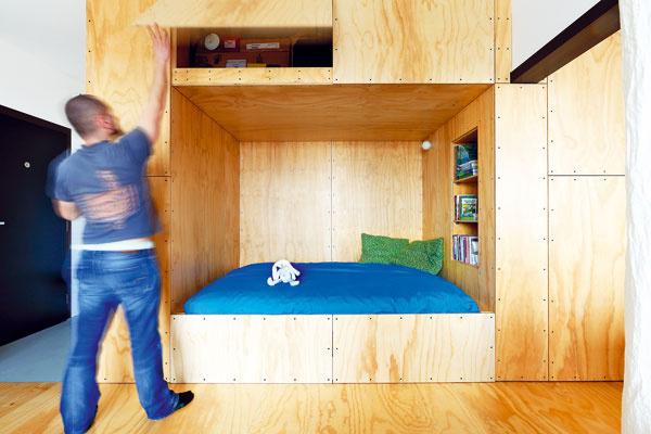 """Nad posteľou je v""""Skrini"""" hlboký úložný priestor, vhodný najmä na uskladnenie sezónnych vecí, keďže prístup knemu je obmedzený."""