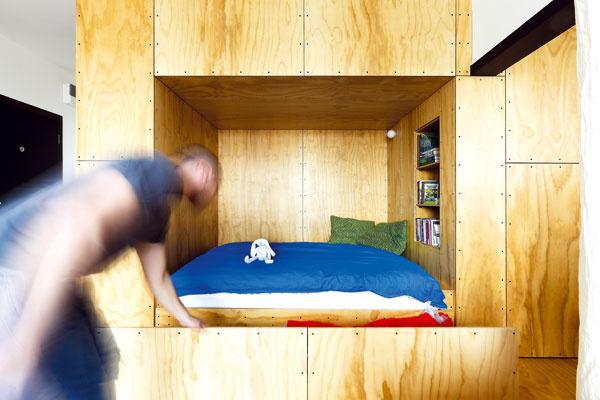 Priestor pod posteľou je vyriešený ako veľká zásuvka, doktorej sa môže uložiť napríklad posteľná bielizeň.