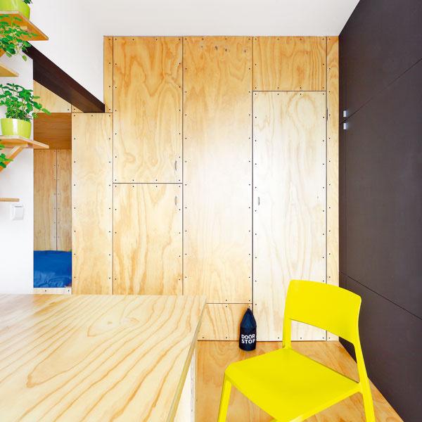Kresba dreva borovicovej preglejky zútulňuje inak jednoduchý priestor kuchyne. Keď sú na skrini pozatvárané dvere, vytvára jednoliatu stenu, ktorá nijako neruší, anikto netuší, čo všetko sa za dverami ukrýva.