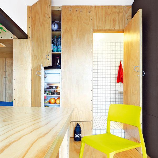 """""""Skriňa"""" v kuchyni ukrýva menšiu chladničku, ktorá však dvom stačí. Nad ňou je minišpajza, v ktorej sú poruke napríklad minerálky, ale aj mikrovlnka. Za vysokými dverami je kúpeľňa."""